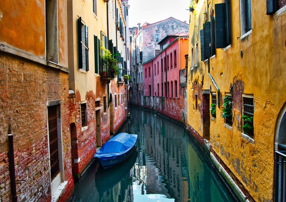 colorful buildings in venice italy itinerary