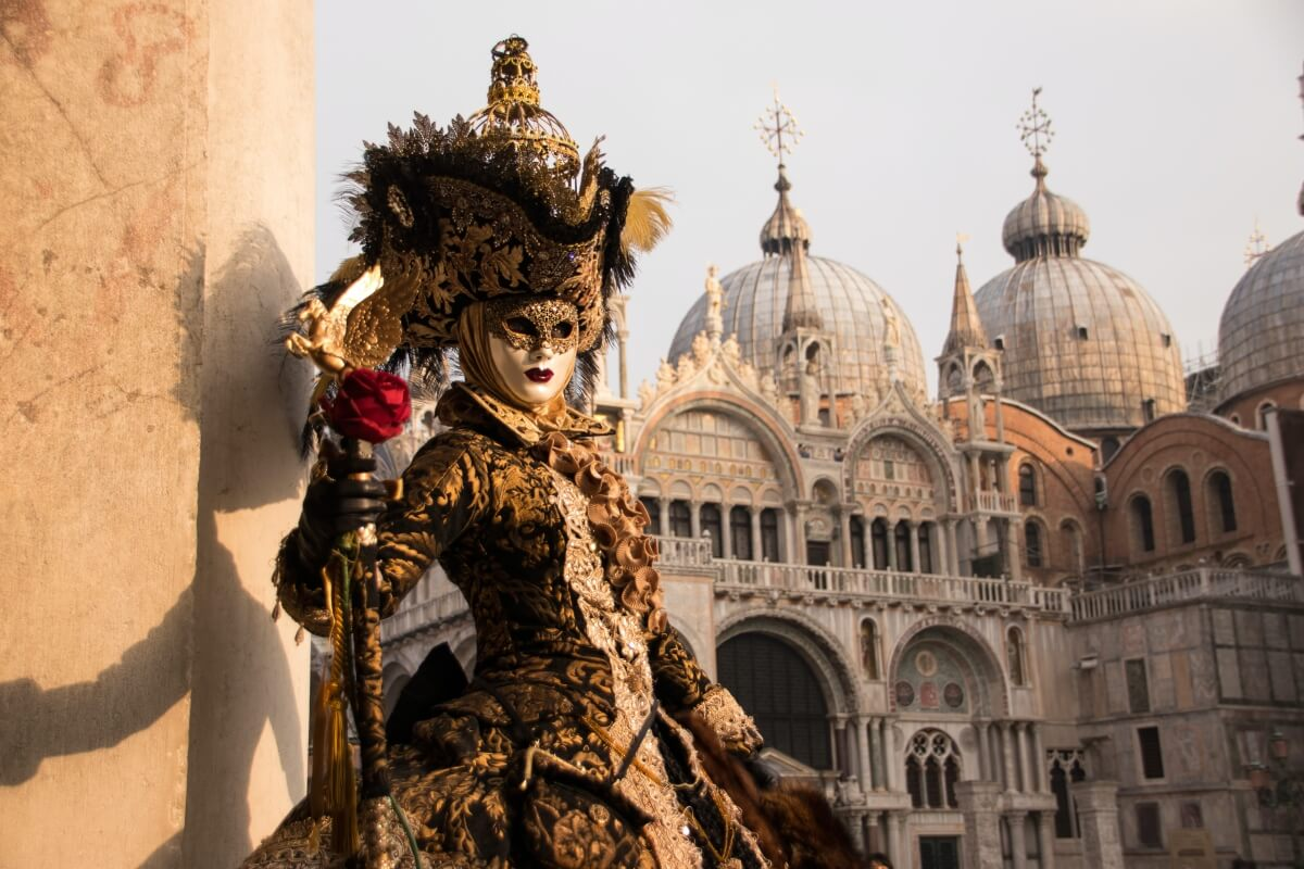 person wearing mask and dressed up for carnival in venice italy 10 days in italy itinerary